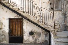Παραδοσιακή είσοδος σκαλοπατιών με τη σπασμένη λαβή του λιβανέζικου σπιτιού στο ελαστικό αυτοκινήτου, Λίβανος Στοκ Εικόνα