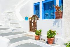 Παραδοσιακή ελληνική άσπρη αρχιτεκτονική στο νησί Santorini, Ελλάδα στοκ εικόνα