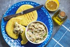 Παραδοσιακή ελληνική μελιτζάνα που διαδίδεται, melitzanosalata, με το ψωμί pita στοκ εικόνες με δικαίωμα ελεύθερης χρήσης