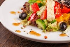 Παραδοσιακή ελληνική σαλάτα με τα φρέσκα λαχανικά Στοκ φωτογραφία με δικαίωμα ελεύθερης χρήσης