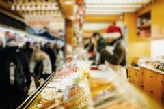 Παραδοσιακή θαμπάδα περίπτερων στάβλων αγοράς τροφίμων αγοράς Χριστουγέννων, bokeh στοκ εικόνες