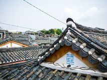Παραδοσιακή κορεατική στέγη hanok Σεούλ, Νότια Κορέα κεραμιδιών Φλόγα φωτισμού ηλιοφάνειας στοκ φωτογραφία