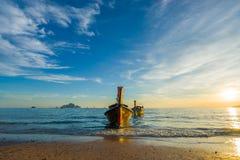 Παραδοσιακή μακριά βάρκα ουρών στο ηλιοβασίλεμα στο AO Nang Krabi Στοκ φωτογραφία με δικαίωμα ελεύθερης χρήσης