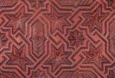 Παραδοσιακή μαροκινή γεωμετρική ξύλινη γλυπτική σε μια πόρτα Στοκ Εικόνα