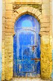 Παραδοσιακή μαροκινή μπλε πόρτα στο medina Essaouria Στοκ φωτογραφία με δικαίωμα ελεύθερης χρήσης
