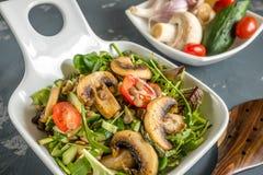 Παραδοσιακή μεσογειακή σαλάτα φακών και μια φέτα του αγγουριού και των πράσινων φύλλων μαρουλιού και τραχουριού Στοκ Εικόνα