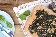 Παραδοσιακή πίτα με το σπανάκι και τα καρύδια Νόστιμη σπιτική ζύμη επάνω στοκ εικόνες