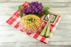 Παραδοσιακή ρωσική βαλμένη σε στρώσεις σαλάτα που ονομάζεται τις ρέγγες κάτω από ένα παλτό γουνών στοκ εικόνες με δικαίωμα ελεύθερης χρήσης