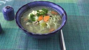 Παραδοσιακή σούπα κοτόπουλου που εξυπηρετείται σε ένα κύπελλο απόθεμα βίντεο