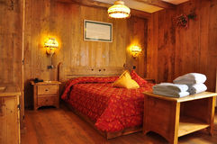 Παραδοσιακή στέγαση, δωμάτιο ξενοδοχείου βουνών στοκ εικόνες