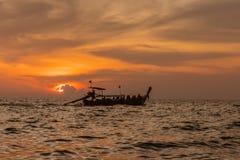Παραδοσιακή ταϊλανδική παραλία AO Nang Krabi ηλιοβασιλέματος βαρκών Στοκ Φωτογραφία