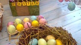 Παραδοσιακή φωλιά έννοιας συμβόλων εορτασμού Πάσχας με την κινηματογράφηση σε πρώτο πλάνο αυγών απόθεμα βίντεο