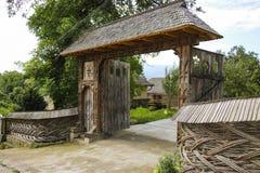 Παραδοσιακή χαρασμένη ξύλινη πύλη στο παλαιό vilage Sighetu Marmati στοκ φωτογραφίες