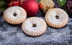 Παραδοσιακοί, Βρετανοί κομματιάζουν τις πίτες για τα Χριστούγεννα Στοκ φωτογραφία με δικαίωμα ελεύθερης χρήσης
