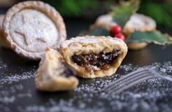 Παραδοσιακοί, Βρετανοί κομματιάζουν τις πίτες Στοκ Εικόνα