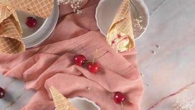Παραδοσιακοί κώνοι βαφλών με το παγωτό απόθεμα βίντεο