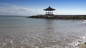 Παραδοσιακός εθνικός άξονας στα πλαίσια του μπλε ουρανού στην τράπεζα της τροπικής παραλίας στην ηλιόλουστη ημέρα πρεσών απόθεμα βίντεο
