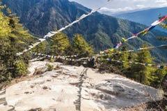 Παραδοσιακός πνεύμονας TA σημαιών προσευχής θιβετιανός βουδιστικός στον τρόπο σε Taktshang Goemba στοκ φωτογραφία με δικαίωμα ελεύθερης χρήσης