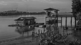 Παραδοσιακός πολιτισμός ψαριών στον ποταμό Mahakam, Μπόρνεο μονοχρωματικός στοκ εικόνα με δικαίωμα ελεύθερης χρήσης