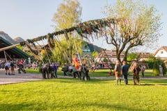 Παραδοσιακός που διακοσμείται maypole δημιουργείται κατά τη διάρκεια του λαϊκού φεστιβάλ στο αυστριακό αλπικό χωριό StGilgen σε W στοκ εικόνες