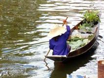 Παραδοσιακός ταϊλανδικός τρόπος τα τρόφιμα από τη μικρή βάρκα στον ποταμό στοκ φωτογραφίες με δικαίωμα ελεύθερης χρήσης