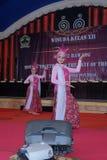 παραδοσιακός χορευτής που αποδίδει στη βαθμολόγηση γυμνασίου στοκ φωτογραφία με δικαίωμα ελεύθερης χρήσης