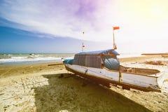 Παραδοσιακό αλιευτικό σκάφος, ξύλινη βάρκα, ξύλινο κανό στοκ εικόνες με δικαίωμα ελεύθερης χρήσης