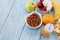 Παραδοσιακό αμερικανικό και ευρωπαϊκό θερινό πρόγευμα: μούρο, φρούτα Apple, φράουλα, πορτοκάλι, μπανάνα Ανοικτό μπλε πίνακας διάσ Στοκ Φωτογραφίες