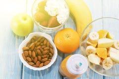 Παραδοσιακό αμερικανικό και ευρωπαϊκό θερινό πρόγευμα: μούρο, φρούτα Apple, φράουλα, πορτοκάλι, μπανάνα Ανοικτό μπλε πίνακας Στοκ φωτογραφία με δικαίωμα ελεύθερης χρήσης
