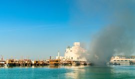 Παραδοσιακό αραβικό dhow στην πυρκαγιά σε Doha, Κατάρ Στοκ Φωτογραφίες