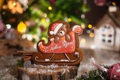 Παραδοσιακό αρτοποιείο τροφίμων διακοπών Τα Χριστούγεννα μελοψωμάτων αντέχουν στο έλκηθρο στην άνετη διακόσμηση με τα φω'τα γιρλα στοκ φωτογραφία
