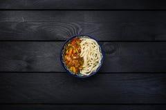 Παραδοσιακό ασιατικό νουντλς lagman με τα λαχανικά και το κρέας Σκοτεινό ξύλινο υπόβαθρο τοπ άποψης Στοκ φωτογραφίες με δικαίωμα ελεύθερης χρήσης