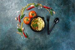 Παραδοσιακό ασιατικό νουντλς lagman με τα λαχανικά και το κρέας Τοπ όψη Έννοια Χριστουγέννων Στοκ φωτογραφία με δικαίωμα ελεύθερης χρήσης