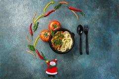 Παραδοσιακό ασιατικό νουντλς lagman με τα λαχανικά και το κρέας Τοπ όψη Έννοια Χριστουγέννων Στοκ φωτογραφίες με δικαίωμα ελεύθερης χρήσης