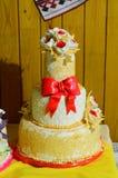 Παραδοσιακό γαμήλιο ψωμί στον πίνακα Γαμήλιος πίνακας με τη γλυκιά παραδοσιακή γαμήλια φραντζόλα Στοκ φωτογραφία με δικαίωμα ελεύθερης χρήσης