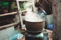 Παραδοσιακό δοχείο ατμοπλοίων μπαμπού για να βράσει το νερό για το μαγείρεμα του κολλώδους ρυζιού με τον καπνό Στοκ Φωτογραφία