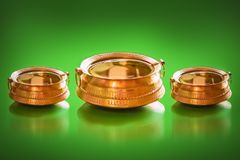 Παραδοσιακό δοχείο ορείχαλκου με το σύνολο του νερού και των νομισμάτων μέσα για την τυχερή γοητεία στοκ εικόνες