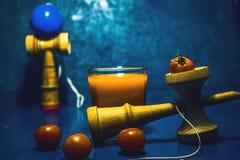 Παραδοσιακό ιαπωνικό παιχνίδι ` Kendama ` και υγιή τρόφιμα για την υγεία παιδιών έννοιας συνηθειών τροφίμων εφήβων έννοιας παιδιώ Στοκ Εικόνα
