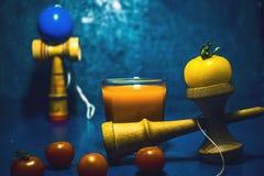 Παραδοσιακό ιαπωνικό παιχνίδι ` Kendama ` και υγιή τρόφιμα για την υγεία παιδιών έννοιας συνηθειών τροφίμων εφήβων έννοιας παιδιώ Στοκ Εικόνες