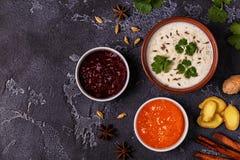 Παραδοσιακό ινδικό raita με το αγγούρι, το κύμινο, το κορίανδρο και το chu Στοκ Φωτογραφία