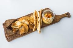 Παραδοσιακό ισραηλινό hummus με τα τσιπ ψωμιού στον πίνακα στοκ φωτογραφίες με δικαίωμα ελεύθερης χρήσης