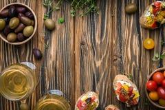 Παραδοσιακό ιταλικό ορεκτικό, bruschetta με το τυρί εξοχικών σπιτιών και λαχανικά Στοκ Φωτογραφίες