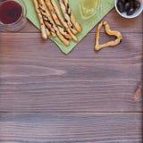 Παραδοσιακό ιταλικό πρόχειρο φαγητό καρδιών Grissini, σύνθεση τροφίμων στο ξύλινο υπόβαθρο στοκ φωτογραφία με δικαίωμα ελεύθερης χρήσης
