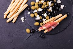 Παραδοσιακό ιταλικό grissini ραβδιών ψωμιού με το ζαμπόν prosciutto Στοκ Εικόνες