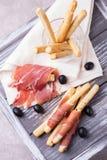 Παραδοσιακό ιταλικό grissini ραβδιών ψωμιού με το ζαμπόν prosciutto Στοκ φωτογραφία με δικαίωμα ελεύθερης χρήσης