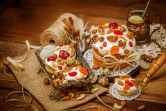 Παραδοσιακό κέικ Πάσχας και cupcakes Στοκ Φωτογραφίες