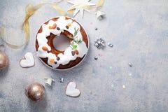 Παραδοσιακό κέικ Χριστουγέννων με τους ξηρούς καρπούς που ενυδατώνονται στο λούστρο ρουμιού και ζάχαρης Στοκ εικόνες με δικαίωμα ελεύθερης χρήσης