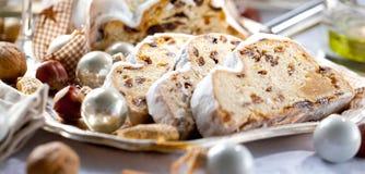 Παραδοσιακό κέικ Shtollen Χριστουγέννων στο άσπρο υπόβαθρο στοκ εικόνες με δικαίωμα ελεύθερης χρήσης