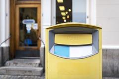 Παραδοσιακό κίτρινο ταχυδρομικό κουτί στοκ φωτογραφίες με δικαίωμα ελεύθερης χρήσης