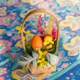 Παραδοσιακό καλάθι Πάσχας με το χρωματισμένες αυγό και τις διακοσμήσεις Στοκ φωτογραφίες με δικαίωμα ελεύθερης χρήσης